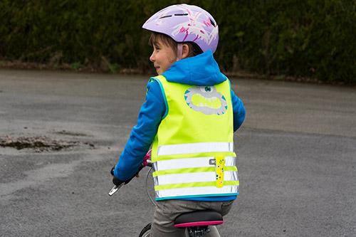 Un enfant à vélo bien protégé