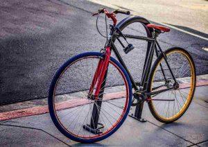 Vélo accroché avec un antivol en U