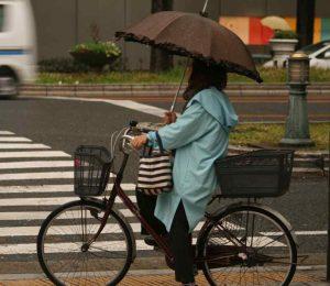 Tenue étanche et parapluie de rigueur en cas de pluie