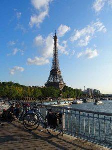 Des vélos de voyage devant la Tour Eiffel à Paris