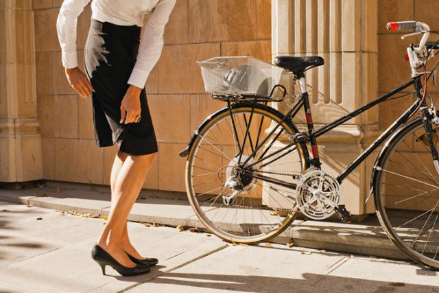 Belle à vélo : en robe et en talon, tout est possible !