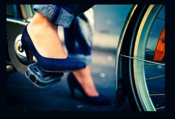 femme en talon à vélo