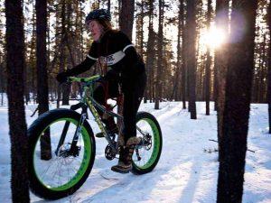 Un fat bike roulant dans la neige