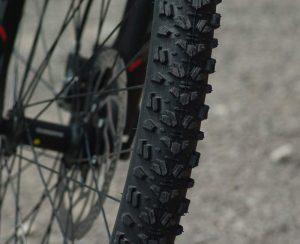Des pneus plus larges et crantés