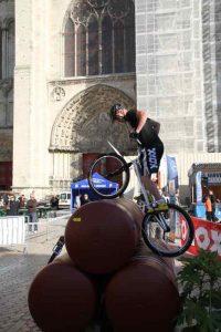 Franchissement d'obstacles dans une compétition de VTT trial