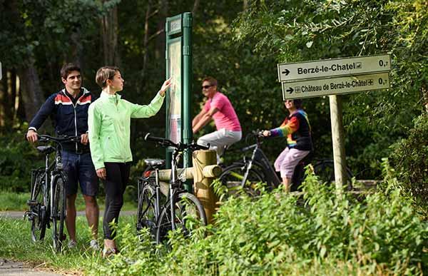 Des cyclovoyageurs cherchant leur chemin sur la Voie Verte à Berzé le Chatel en Saone et Loire