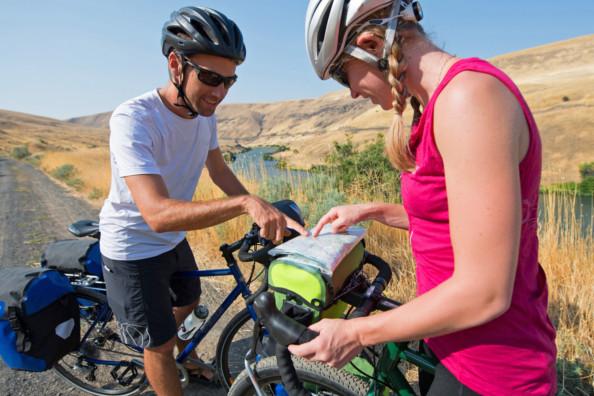 Lire sa route à vélo avec le porte carte et les sacoches de guidon !