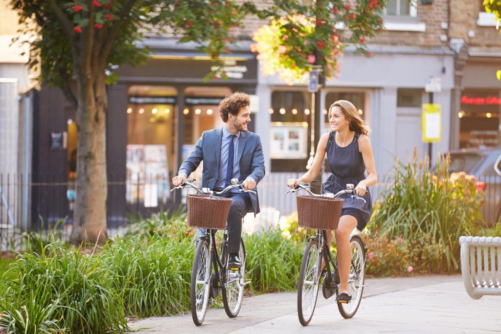 Homme et femme arrivant au travail à vélo