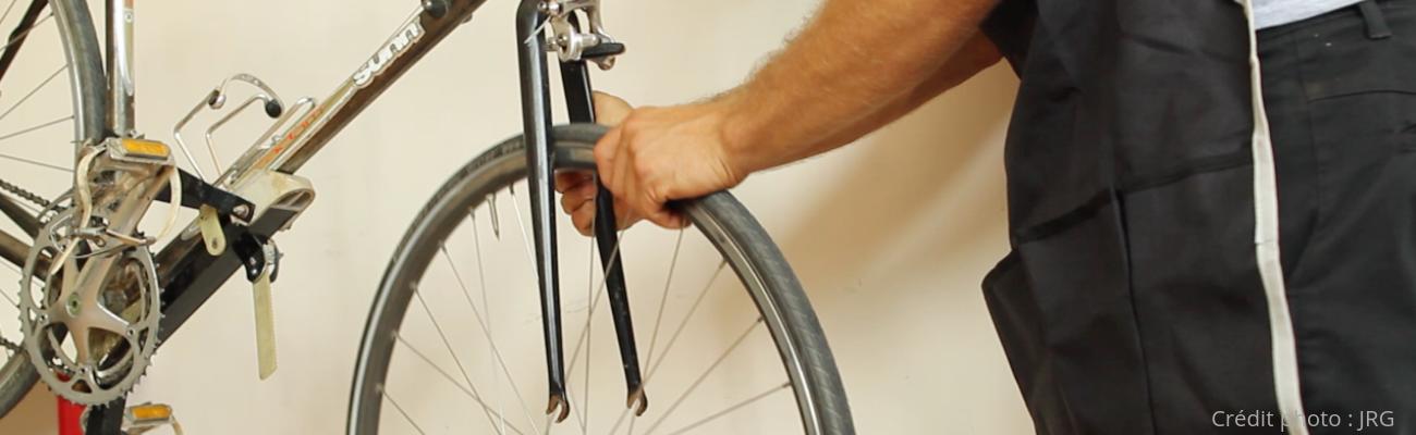 Comment remplacer une roue de vélo