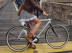 Faire du vélo en jupe, un danger pour la circulation ?