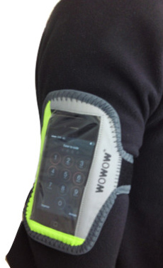 Un support smartphone réflechissant à positionner sur bras de cycliste