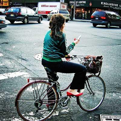 Tenir son téléphone dans la main à vélo est interdit en France