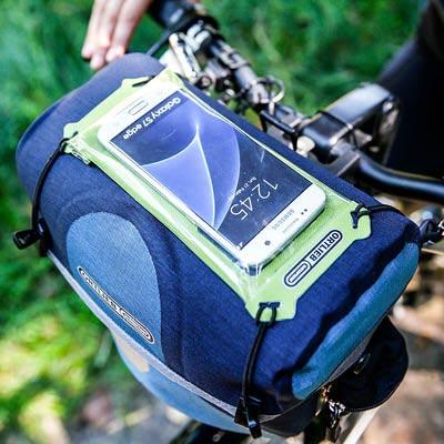 Un étui étanche pour smartphone à fixer sur une sacoche