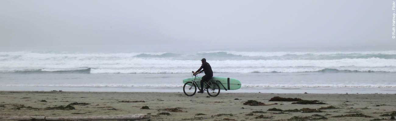 L'été à la plage : transporter son surf à vélo