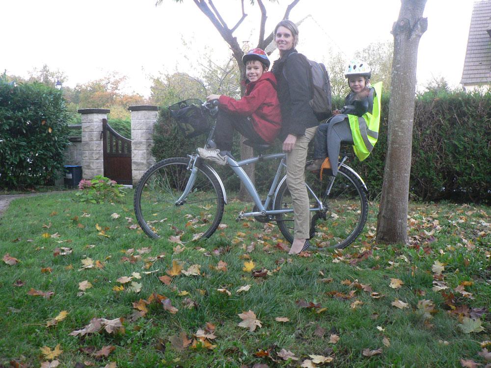 Un vélo pour trois en direction de l'école
