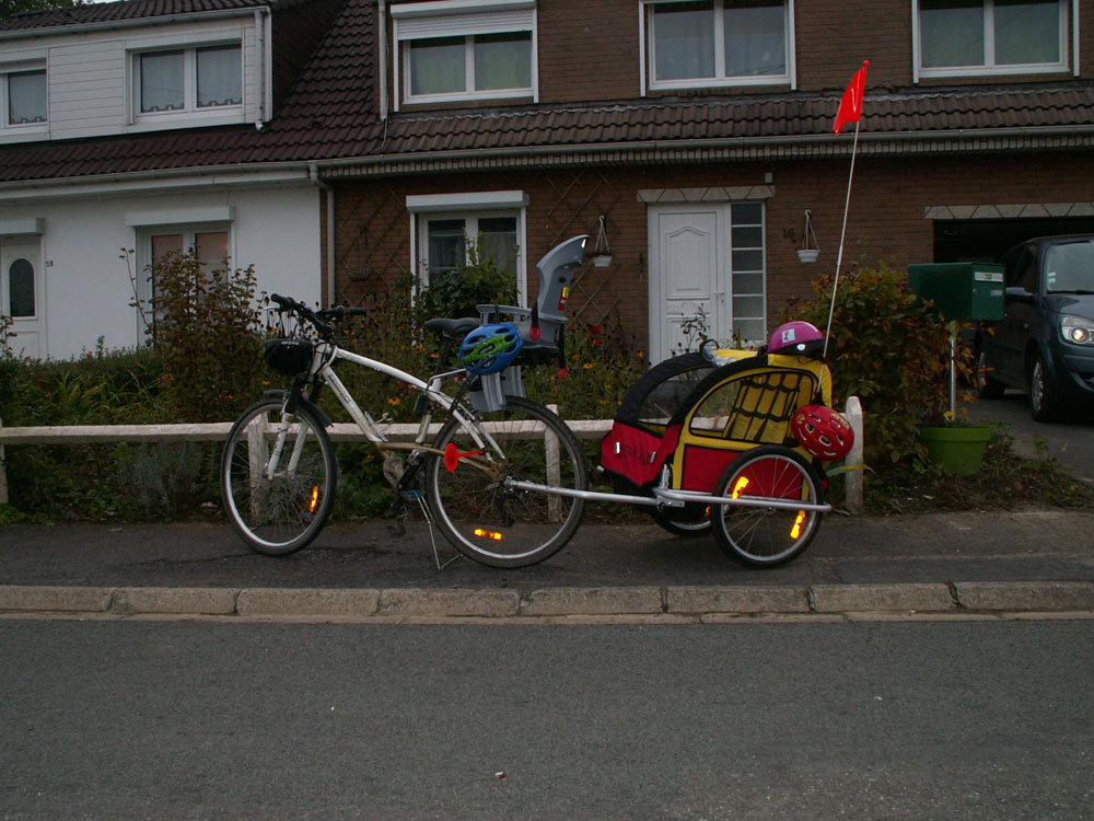 aller à l'école à vélo et remorque