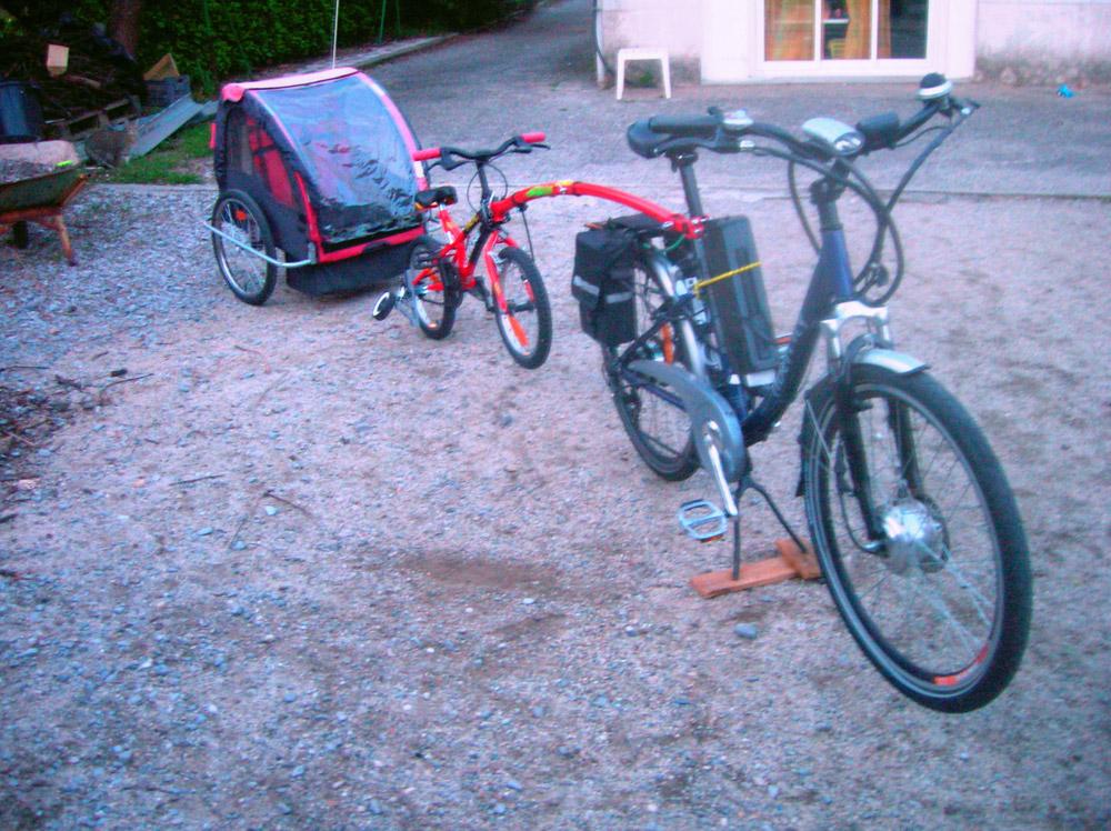 Vélo avec trail gator et remorque