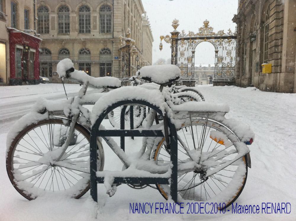 Vélo en blanc manteau