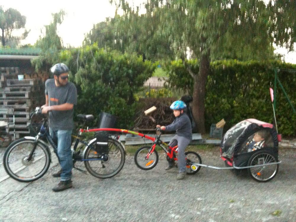 Un vélo et deux wagons pour aller à l'école