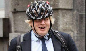 Boris Johnson à Londres avec un casque de vélo