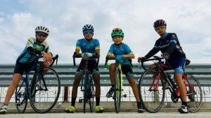 cyclistes avec casque pour sortie loisir