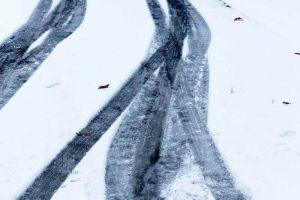 Sur une chaussée enneigée,, privilégier la neige fraîche