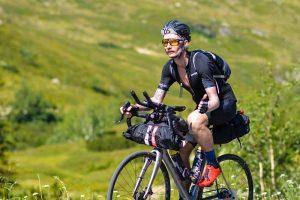 Bikepacker sur son vélo avec un casque