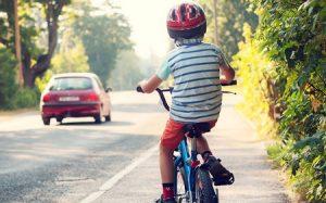 Enfant à vélo avec casque