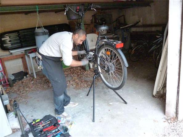 Les travailleurs à vélo: l'atelier mobile pour la réparation de vélos
