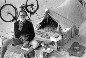 Un cyclotouriste se rase devant sa tente en Angleterre dans les années 1930