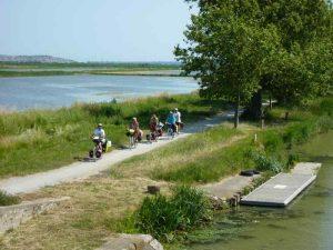 Promenade en groupe le long du canal sur La Méditerranée à vélo