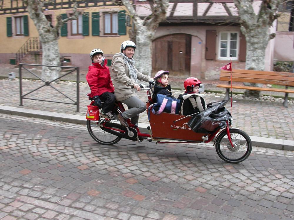 Trois enfants, une maman et un «bakfiets» (biporteur) en route pour l'école