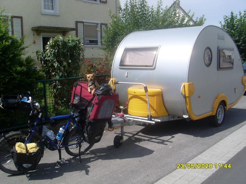 Concours photo « L'insolite dans le vélo » : Un vélo, un chien, une caravane