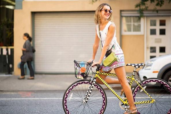 Démarrer, s'arrêter et virer à vélo : des conseils utiles pour conduire en ville