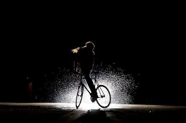 Rouler sous la pluie ou dans l'obscurité à vélo