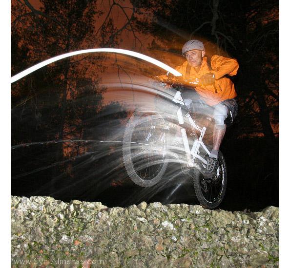 Concours photo « L'insolite dans le vélo » : un saut en VTT lumineux