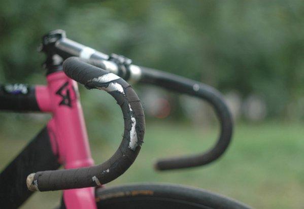Douleurs aux mains et aux poignets à vélo : nos conseils pour y remédier