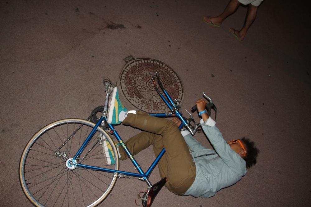Concours photo « L'insolite dans le vélo » : Le vélo à plaque d'égout