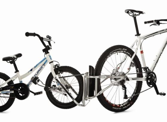 Vélo enfant accroché au vélo parent