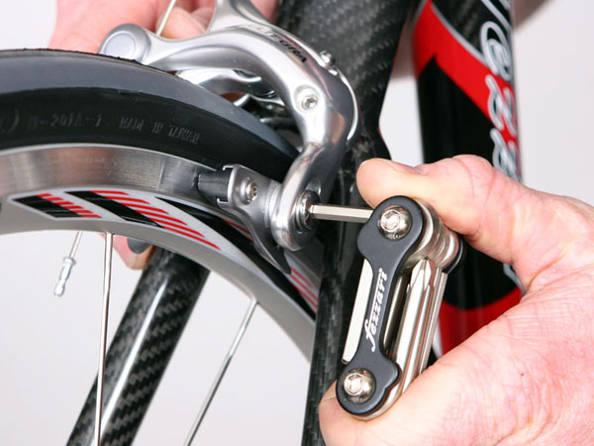 Le changement d'un patin de frein de vélo