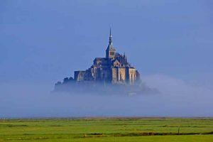 La baie du Mont Saint-Michel dans la brume