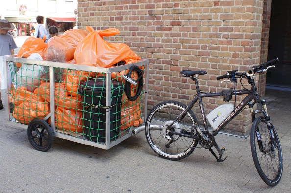 Collecter les poubelles publiques en vélo électrique