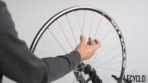 Vérifier la tension sur ses rayons de vélo