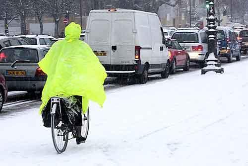 Un cycliste affronte la neige