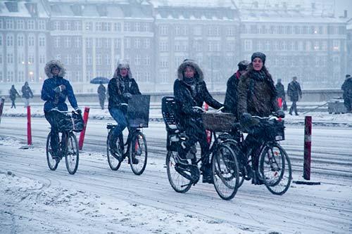 Cyclistes sous la neige à Copenhague