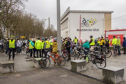 Départ d'une promenade à vélo organisé par les Dérailleurs de Caen devant la Maison du Vélo