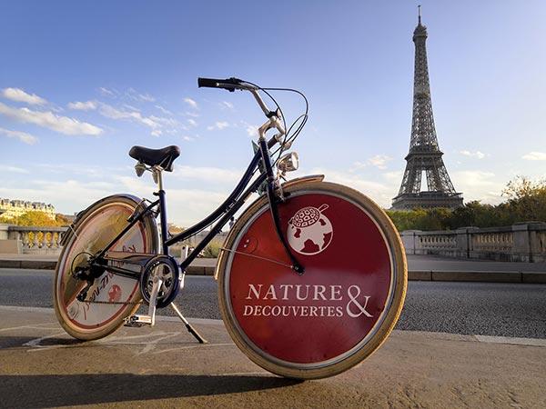 Un vélo libre-service électrique de fonction aux couleurs d'une entreprise