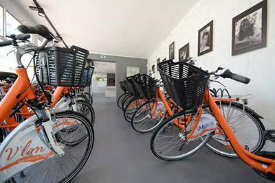 Des vélos mandarines V'Lim avec un panier à l'avant