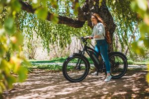 Vacancière sur un itinéraire vélo électrique