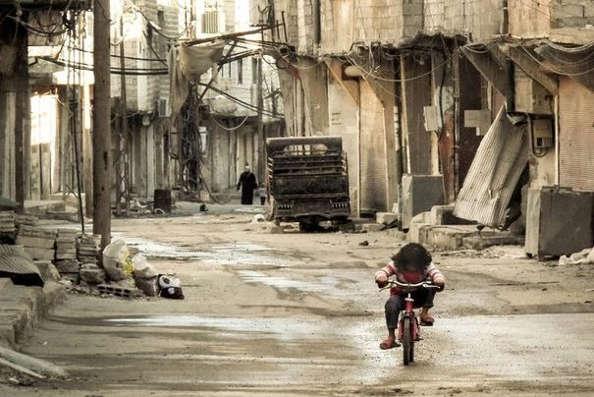 Damas se met au vélo pour circuler en temps de guerre